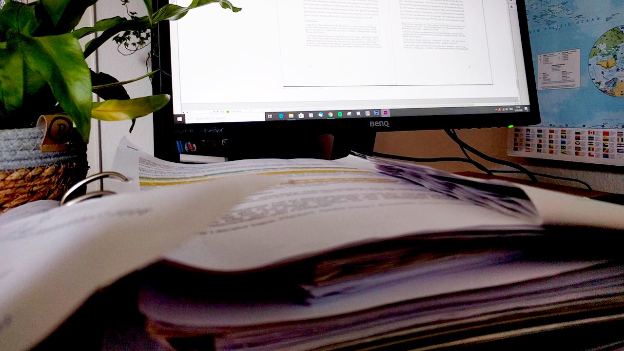 Zuhause wird nun mit viel Recherche an den Abschlussarbeiten geschrieben.